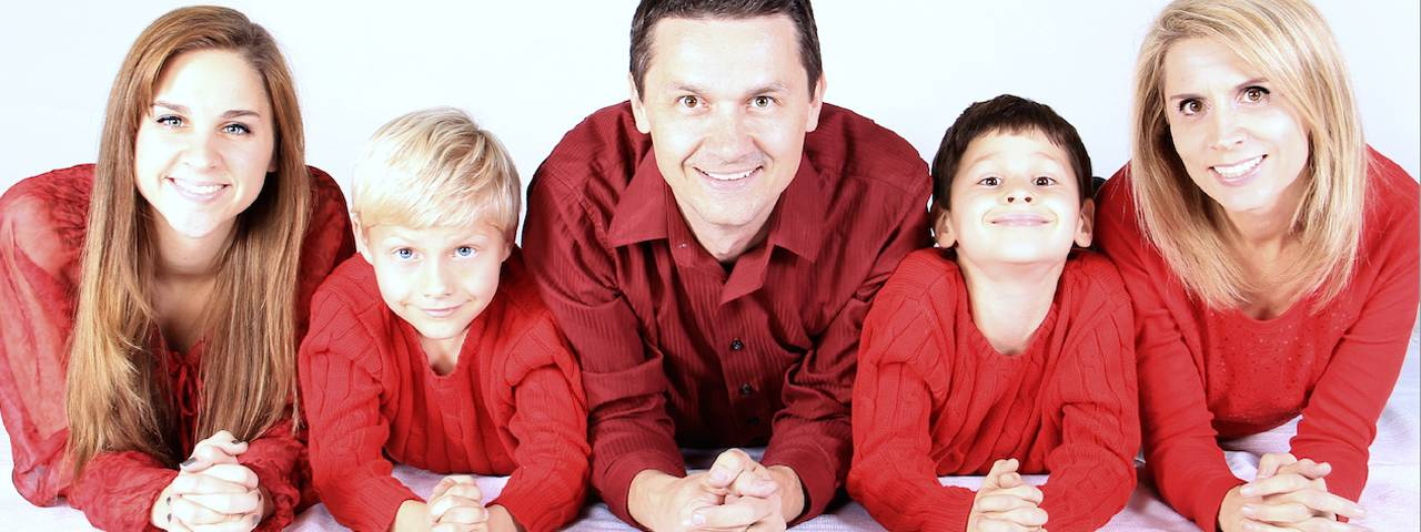 family_of_five_in_red_1280x480